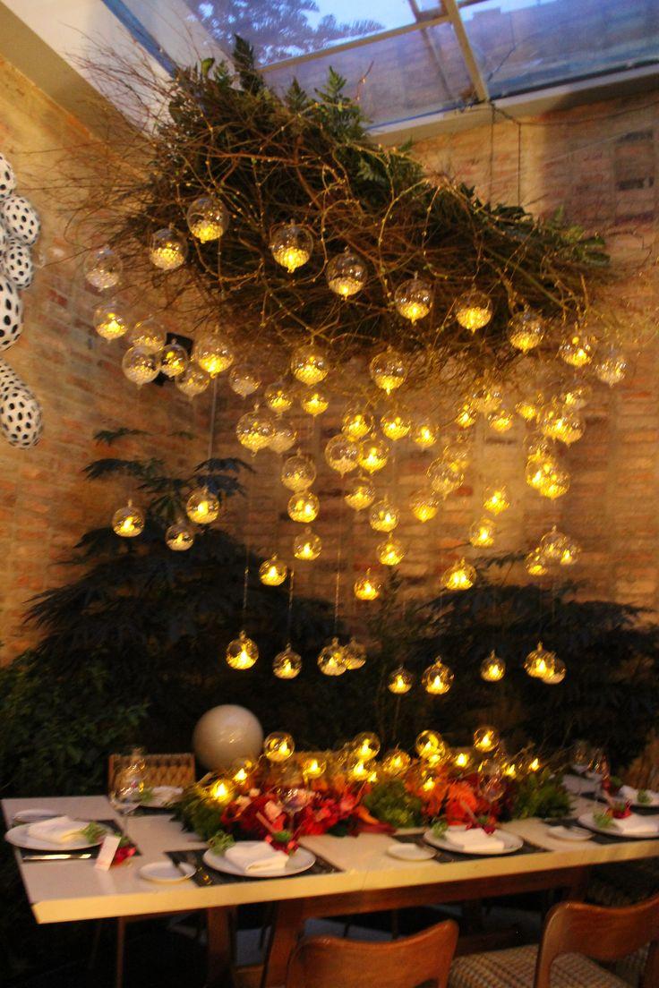 Boda en restaurante Nolita Bogotá, burbujas de cristal flotantes, velas flotantes, ambiente romántico, centro de mesa, wedding ideas, boda de noche. Kharisma floral