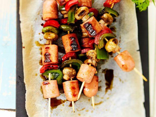 Itaalaiset makkaravartaat valmistuvat grillissä nopeasti. http://www.yhteishyva.fi/ruoka-ja-reseptit/reseptit/italialaiset-makkaravartaat/014464