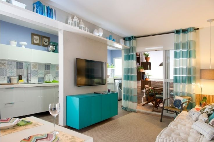 """Inspirado em plantas reais, o arquiteto Gustavo Calazans idealizou para a Mostra Leroy Merlin (2014) este living (14 m²) para uma família de quatro pessoas. O projeto o separou da cozinha apenas por um pequena parede, racionalizando o espaço. """"Aposte nas prateleiras altas, elas são ótimas opções para armazenamento em ambientes muito pequenos"""", diz Calazans. O uso de poucos elementos decorativos """"fortes"""" propõe um espaço moldável e reciclável"""