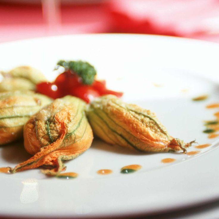 Découvrez la recette fleurs de courgettes farcies au fromage de chèvre sur cuisineactuelle.fr.