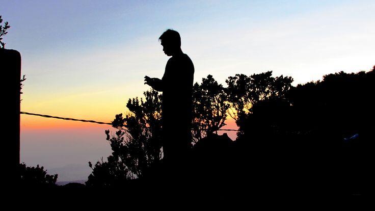 Fajar di puncak Gunung Gede. Itu buka Mas Fajar. Gak tau siapa. Random aja motonya.