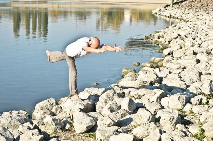 jóga a köveken - www.eljharmoniaban.hu #kezdőjóga #hathajóga #jógatanfolyam #jóga #jógabudapest #meditáció #meditációstanfolyam  #jógastúdió #yogabudapest  #yoga #yogabudapest  #eljharmoniaban  #vitaikati #purusa  #yogapose #asana #ászana #stone  #hőspóz #virabhadrászana #virabhadrasana #herospose
