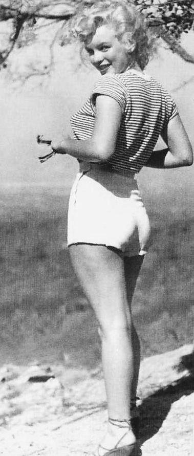 Norma Jeane 1948, su angelical y explosiva belleza la perjudicó en parte. Fue acosada por muchos hombres con poder que se empeñaban en clasificarla como chica guapa y rubia=chica tonta y superficial.