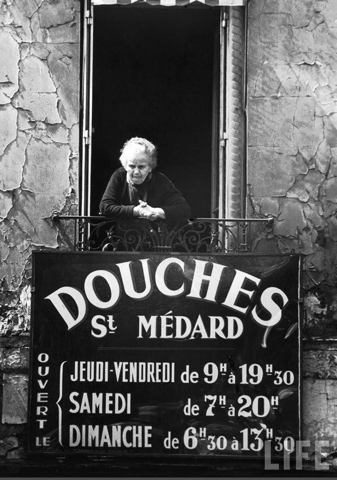 Au balcon des Douches Saint-Médard, rue Mouffetard, en 1963. Une photo de © Alfred Eisenstaedt pour Life  (Paris 5ème)