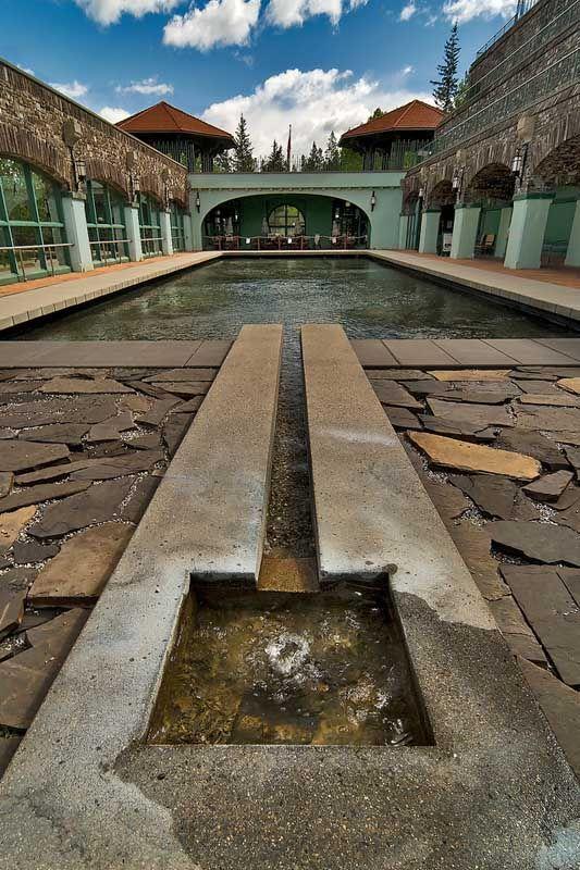 Op deze historische plek kun je onder meer een grot bekijken, waar een warmwaterbron te zien is. Het water stroomt daarna in een natuurlijk zwembad. Zwemmen mag er niet, maar wel in het aangelegde bassin waar het hete water ook naar toe stroomt.