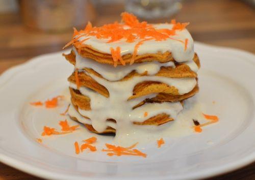 """Et høyt tårn med sunne og proteinrike """"gulrotkake""""-pannkaker"""