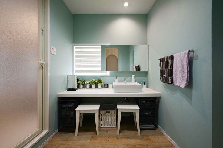洗面台横の化粧スペースは、自然光を使える工夫も。