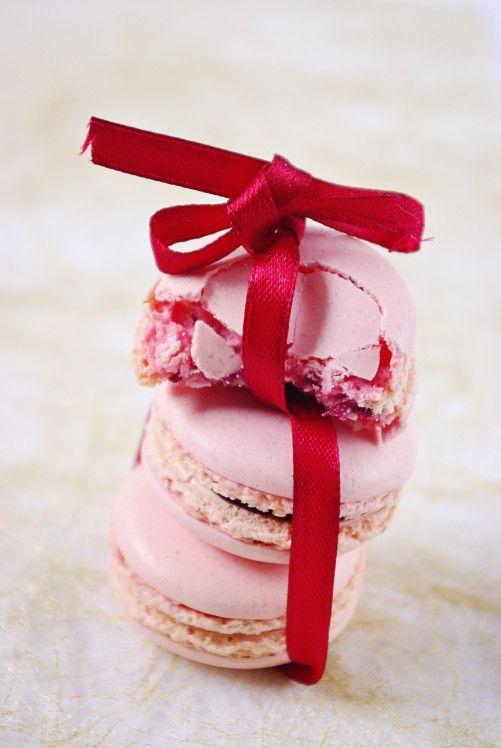 Macarons au chocolat blanc et aux fruits rouges:  http://www.confessionsdunegourmande.com/article-macarons-au-chocolat-blanc-et-fruits-rouges-108100549.html