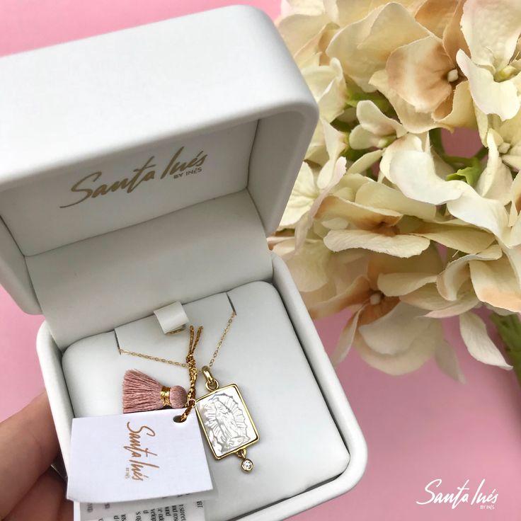 Medallas de concha nácar con diamante  México   Medalla para Primera Comunión 🕊 Instagram: santainesmx