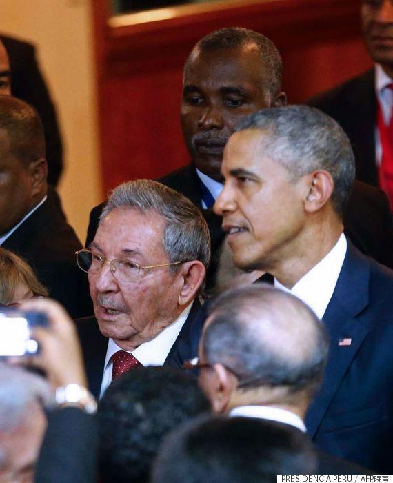 パナマ市の米州首脳会議会場で、言葉を交わすキューバのラウル・カストロ国家評議会議長とオバマ米大統領(パナマ・パナマ市)