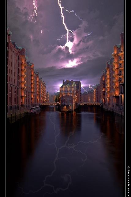 Blitze über der Speicherstadt