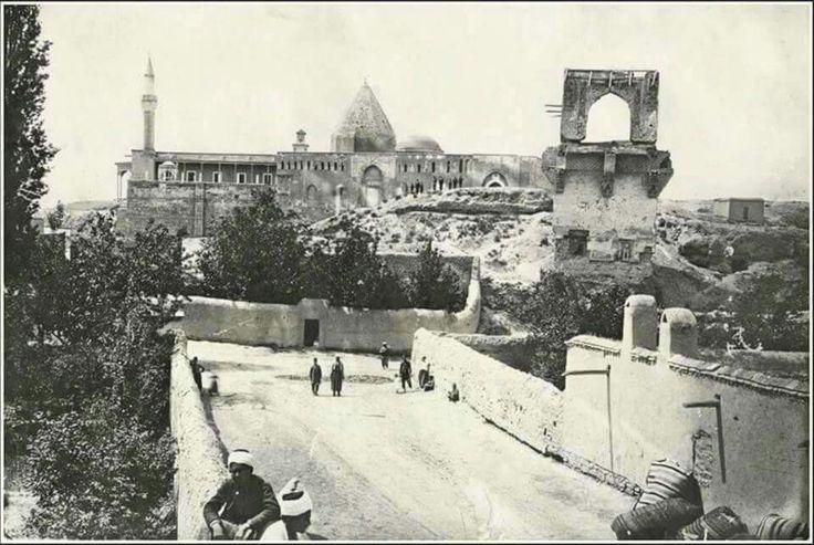 Alâeddin Cami Kılıçaslan köşkü arkada eflatun kilisesi kerpiç evler,yıkıntılar üzerinde insanlar yine aynı sokak.