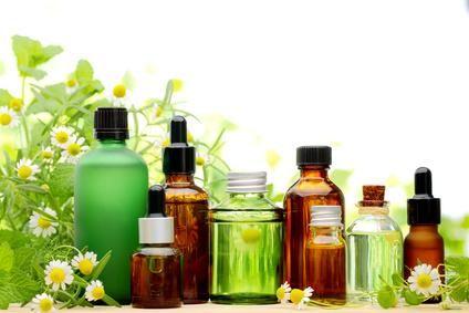 Joints de salle de bain, linge, mauvaises odeurs, acariens, insectes : remplacez les produits industriels par des huiles essentielles !