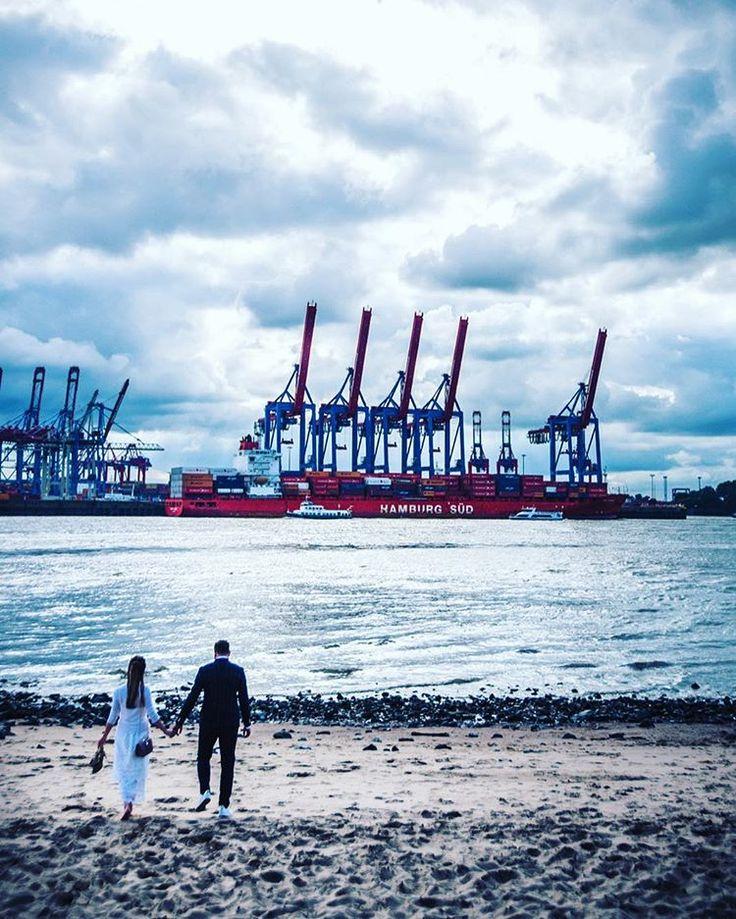 #Hochzeitsshooting am #Elbstrand ❤ #handinhand #weddingphotography #hochzeitsfotografie #Hamburg #hamburgsüd #wolkendecke #imseptember (hier: Elbstrand Övelgönne)