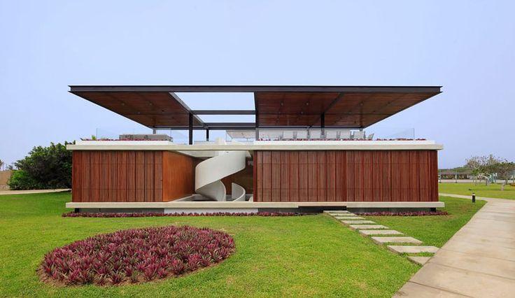 Belle maison contemporaine et son escalier spiral menant au toit terrasse, spiral-stairs-home par Jorge Marsino Prado - Pérou #construiretendance