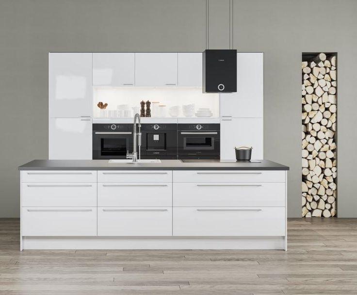 Valkoisessa Gloss-keittiössä on fiksu saareke ja erityisen leveät laatikot. Katosta laskeutuva liesituuletin on mielenkiintoinen muotoiluelementti, ja sisäänrakennetut uuni, höyryuuni ja kahvikone tekevät keittiön käyttämisestä kätevää. Kodinkoneiden yläpuolella oleva hylly tuo ilmavuutta sisustukseen. Ovien kiiltävä akryylipinta on molemminpuolinen ja kestää siksi kulutusta erinomaisesti.