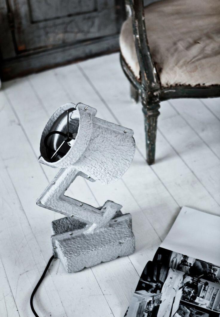 Het idee achter deze tafellamp is het nuttig maken van productafval; mooi! #lighting #recycle
