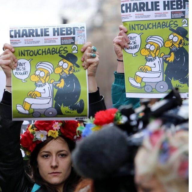 Tutti con una copia di #CharlieHebdo #Parigi