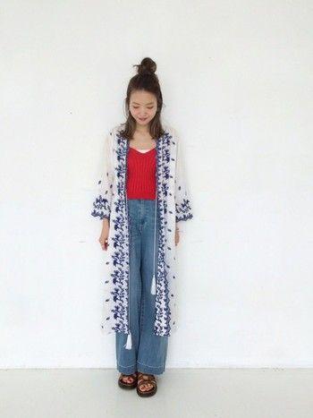 白はとってもさわやかなカラー。夏にピッタリの色ですよね。派手な赤のトップスでも白のガウンを羽織ることでその色の強さを抑えてくれます。ブルーの刺繍が入ったガウンは凝ったデザインでとってもかわいい♪