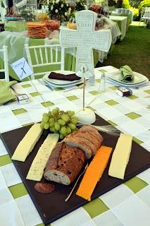 Sencillo y elegante centro de mesa de pan y uvas.