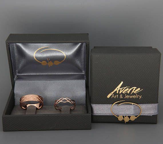 ✿ BESCHREIBUNG Handgemachte solide 14k rose gold Ringe gesetzt. Ehering ist ein Schmuckstück, die Sie am meisten zu tragen. Daher sollte das Design zusammen mit allem gehen, die Sie tragen, aus einem Cocktail-Kleid zu Ihrer lässigen Outfit. Diese Trauringe-Set-Design symbolisiert die