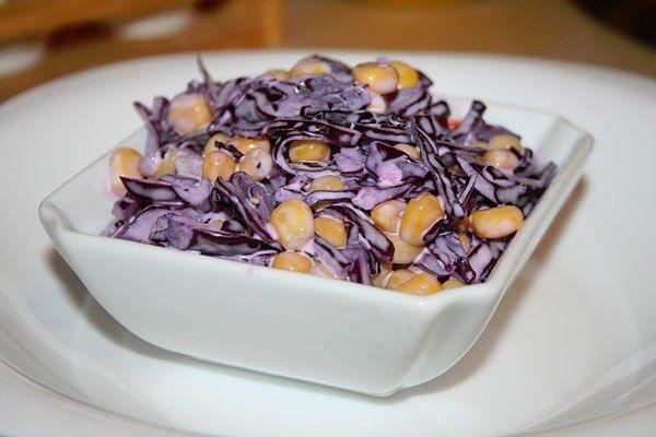 Салат из краснокочанной капусты с кукурузой 80кк/100гр.  — 1/2 кочана красной капусты — 1 банка консервированной кукурузы — сметана по вкусу — соль — можно добавить дольку чеснока