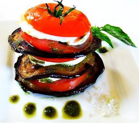 La meilleure recette de Mille-feuille de Tomate,Aubergines Grillées , Mozzarella et sa Sauce Pesto! L'essayer, c'est l'adopter! 5.0/5 (1 vote), 2 Commentaires. Ingrédients: Pour une assiette ;    3 tranches d'Aubergine frite ou grillées au four  1 Mozzarella ronde  1 Tomate coeur de boeuf  1 Bouquet Basilic  1 bonne poignée de Pignons de pin  3 Gousses d'Ail  Huile d'olive  Sel de Guerande,poivre