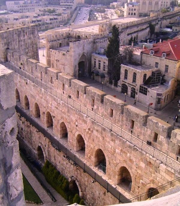 hace 4000 años- La Torre de David, se encuentra en el corazón de Jerusalén en un punto en la historia antigua de la ciudad hacia el este se encuentra con la nueva ciudad floreciente de Jerusalén hacia el oeste.
