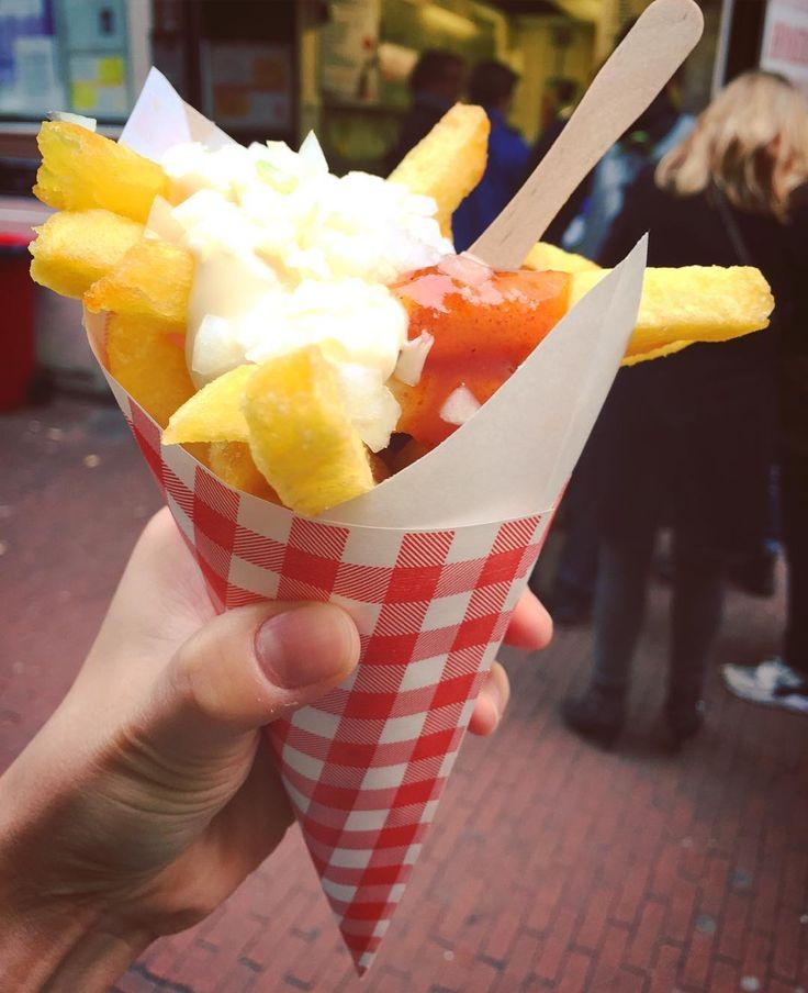 Dutch traditional food french fries:#friet  Much Mayonnaise.....  オランダ式フライドポテトフリットザク切り大きめポテト中ねっとり外サクサクたーっぷりマヨネーズに玉ねぎがオランダ式みたい ソースの種類がたくさんあるので自分好みの味を見つけたい . . . #amsterdam #netherlands #holland #travel #trip #worldtraveler #frenchfries #fries #dutchfood #food #foodie #streetfood