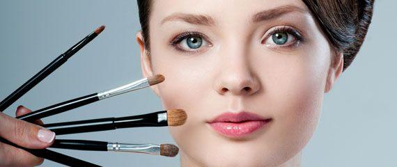 """7 astuzie beauty per affinare un viso tondo...  Il segreto sta nel """"trucco""""! Astuzia n.1: usa un rossetto dai toni neutri"""
