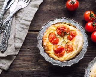 Tartelettes feuilletées tomate-mozza : http://www.fourchette-et-bikini.fr/recettes/recettes-minceur/tartelettes-feuilletees-tomate-mozza.html-0
