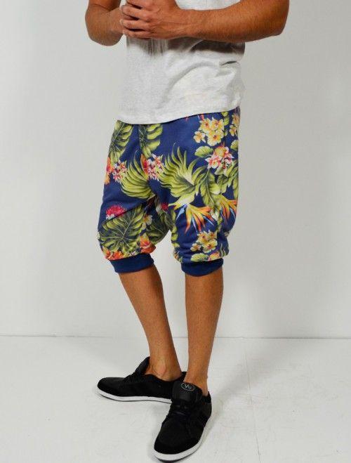 Comprar bermuda de hombre de corte baggy con estampado tropical. Comprar bermudas y pantalones de hombre en Latiendajoven.com las últimas tendencias en moda joven y streetwear al mejor precio.