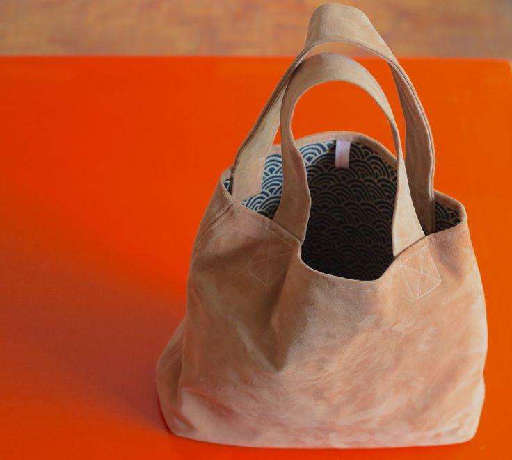 une deuxième version du Spring it-bag, en peau de chèvre velour camel et tissu japonais