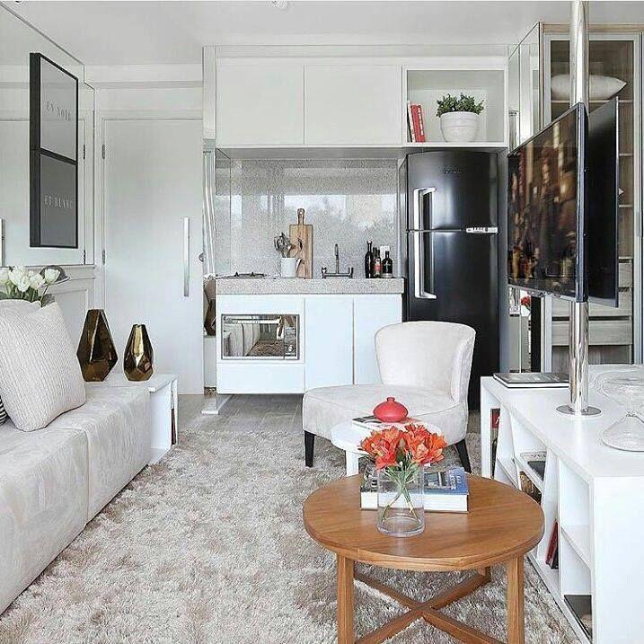Esse apartamento de pequenas dimensões ficou fantástico nas mãos da arquiteta Chris Silveira. O projeto lança mão do conceito aberto aproveitando melhor a pouca metragem e deixou o espaço sofisticado moderno confortável e funcional. Tudo aqui funciona em ótima harmonia veja que a TV atende tanto o quarto quanto a sala e olha essa geladeira black. Tô doida para me mudar.  @olhardemahel @chrissilveiraarquiteta #decoraçãodeinteriores #pequenosespaços #olhardemahel #arquiteturadeinteriores…