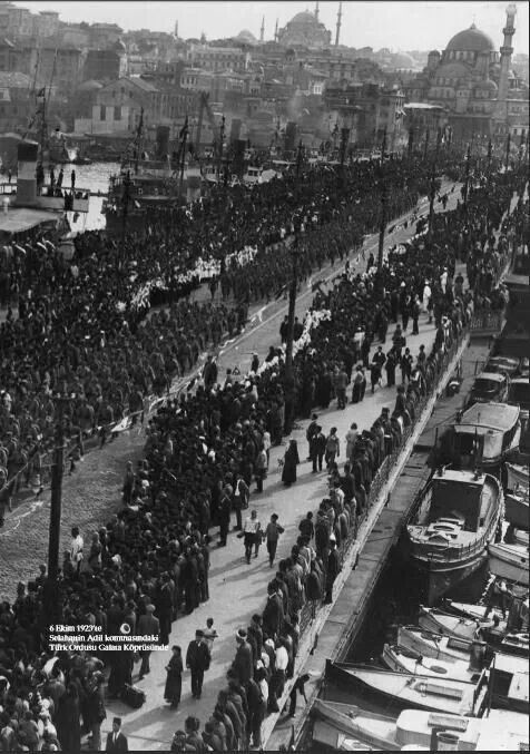 İstanbul. 6 Ekim 1923 Türk ordusu Galata köprüsünde