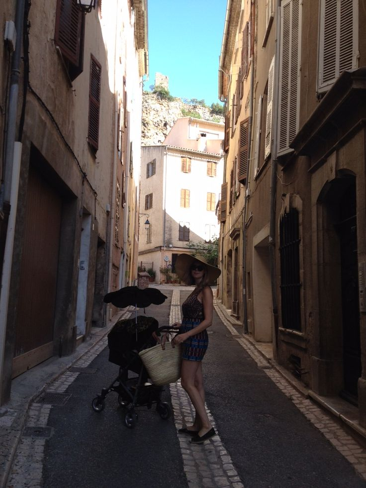 Matilda with the CYBEX Callisto in the streets of France.