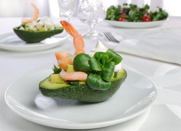 Авокадо, фаршированное салатом с креветками
