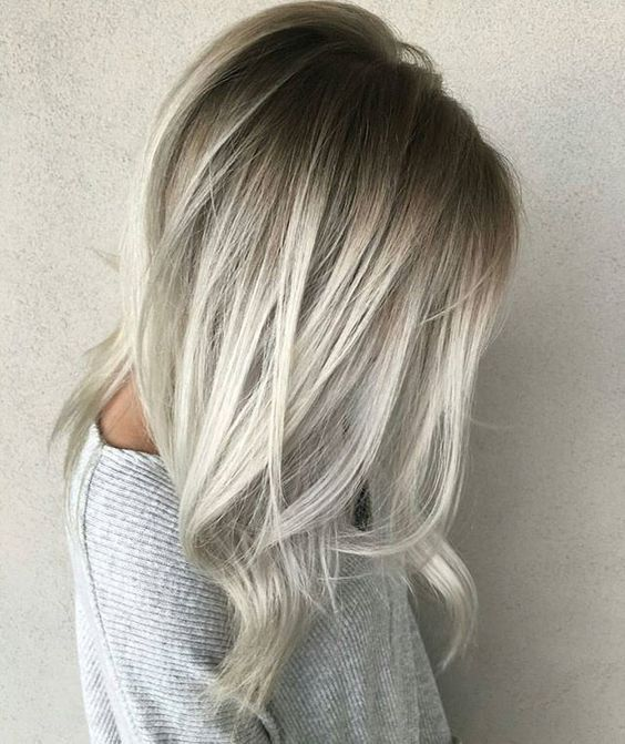 Un smoky hair blond,blanc