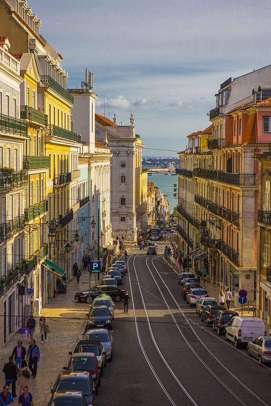 Lisboa - Rua da Misericórdia e após o cruzamento a Rua do Alecrim em direção ao Cais do Sodré - Beira Rio Tejo com a cidade de Almada na outra margem.