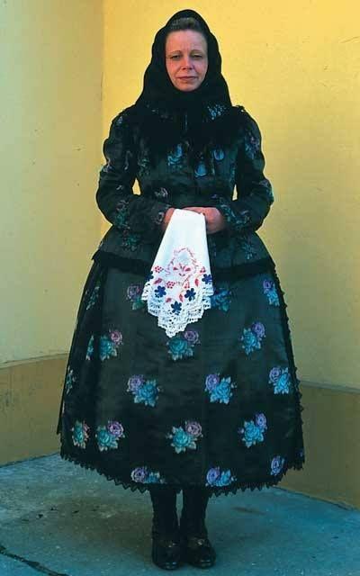 A dél-alföldi viselet egyik különleges darabja. Módos asszony misés ruhájának rekonstrukciója (XIX. század vége).