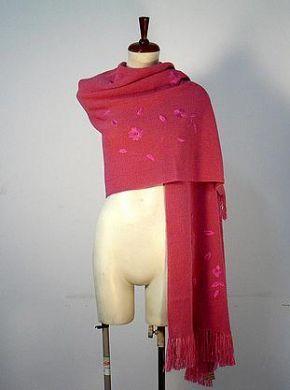 Ein extra großer Himbeer farbener #Schal mit gesticktem Blumen Muster. Gestrickt aus einer der besten Wollarten der Welt, #Alpakawolle. Ein wunderschöner eleganter Schal, das passende Accessoire für graue Tage.