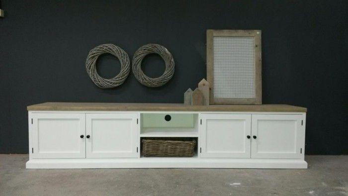 Landelijk tv meubel verkrijgbaar bij Hout dat leeft. In elke denkbare lengte voor u te maken. Voorbeeld 150x40x48 cm €395,- inclusief rieten mand. Het blad is gemaakt van behandeld gladgeschuurd steigerhout en de kast is zijdeglans afgelakt in wit ral 9010