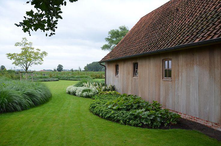"""Mooie borders, hoeft niet zo direct tegen het huis aan. Hierbij vinden we """"organische"""" vormen wel mooi.   't Pieronzehof - Dries Bonamie"""