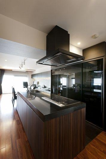 専門家:リノベーションカーサが手掛けた、キッチン(重厚感漂うラグジュアリー空間 (リノベーション))の詳細ページ。新築戸建、リフォーム、リノベーションの事例多数、SUVACO(スバコ)