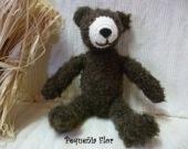 """Adorable ce petit ours brun! réalisé en laine """"peluche"""" il convient aux plus jeunes mais aussi pour la décoration d'une chambre d'enfant..."""