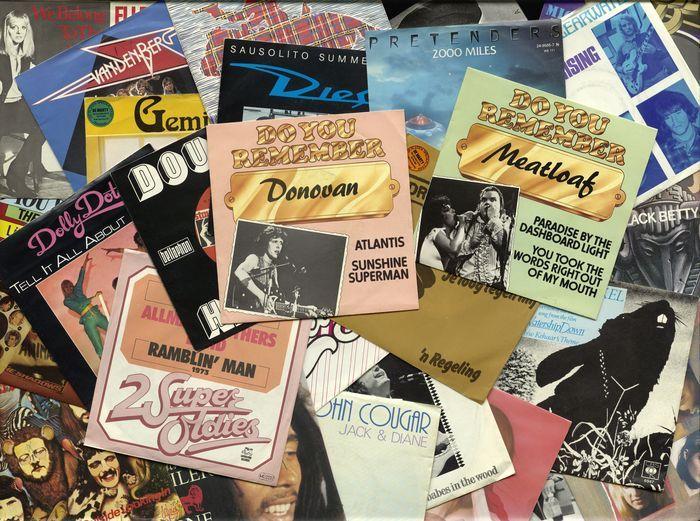 """Lot van 48 grote pop en rock classics op 45 RPM vinyl - De meeste origineel en in een vinyl topconditie  Heleboel 48 tijdloze klassiekers van de POP op 7"""" vinyl - origineelste en in een topconditie van vinylVoorwaarden:Vinyl:Niet meer dan 5 records in VG  andere vinyl in ten minste EX naar NM staat velen nauwelijks gespeeld.Ongeveer tien tot vijftien van de singles hebben een 'X' teken aan de voorkant of achterkant van de hoesZie foto's voor meer…"""