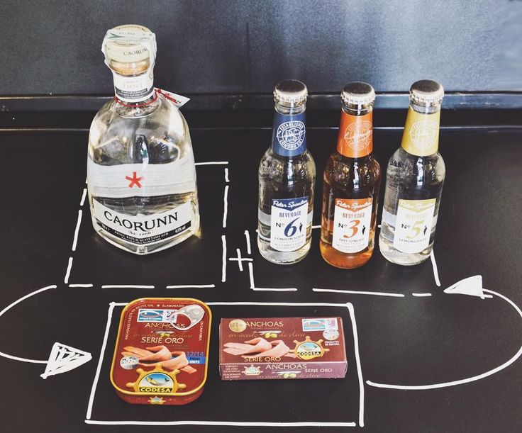 """Pochissimi passi e avrete il Gin Tonic perfetto, fatto con ingredienti perfetti!🥃🍹🍸🥃 -4/10 dell'ottimo Gin Caorunn, prodotto da estratti di cinque botanici celtici tra cui le bacche di sorbo, in gaelico indicate, appunto, col nome """"Caorunn"""" -6/10 della fresca e deliziosa acqua tonica Peter Spanton -1 fettina di limone -ghiaccio E il vostro Gin Tonic è pronto per essere gustato, magari con delle ottime acciughe del Mar Cantabrico genuinamente targate Codesa. #gin #gintonic #tonicwater…"""