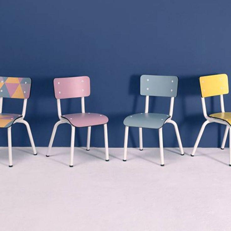 Une petite chaise d'écolier pour une chambre de bébé vintage