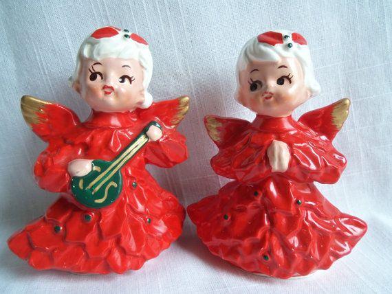 Set van twee mooie engelen. Outfits zijn heldere kerst rood in een holly en berry ontwerp. Gouden accenten op de vleugels. Witte haren met rode holly buigt.  Grote vintage staat. Aardig en glanzend. Bodems hebben de Caffco Japan folie-etiketten.  4 hoog.  Bedankt voor het kijken en stuur een email met vragen. Ik combineer verzending en kan leveren wereldwijd.