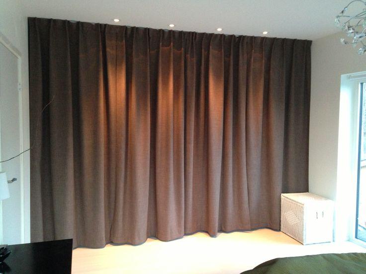 bygga garderobsvägg sovrum - så kan man ha säng framför och garderober bakom, öppningen mot väggen.